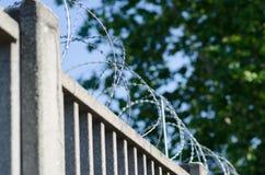 Ogrodzenie dla granicy z zbrojonym betonem obraz stock