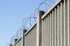 Ogrodzenie dla granicy z zbrojonym betonem obrazy royalty free