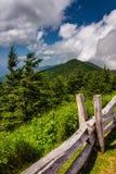 Ogrodzenie i widok Appalachians od góry Mitchell, północ Ca fotografia stock