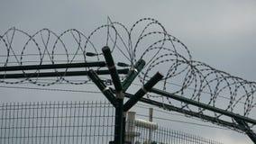 Ogrodzenie ochronne z drutem kolczastym z popielatym niebem ogrodzenie barbed przewód zdjęcie wideo