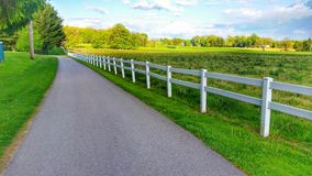 Ogrodzenie prążkowana droga Zdjęcia Stock