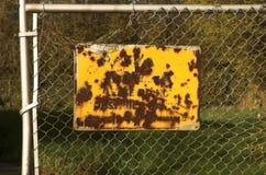 ogrodzenie rdzewiejący znak Zdjęcia Stock