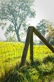 Ogrodzenie w kraju na mgławym dzień Zdjęcia Stock