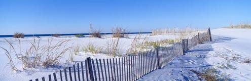 Ogrodzenie wzdłuż biały piaska plaży przy Santa Rosa Wyspą Zdjęcia Stock
