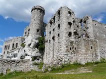 OGRODZIENIEC, SCHLESIEN POLEN - Ruinen des Schlosses Ogrodzieniec lizenzfreies stockbild
