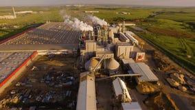 Ogromna betonowa roślina z drymbami wśród poly widok z lotu ptaka zdjęcie wideo