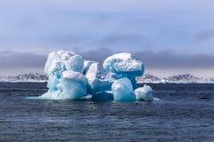 Ogromna dryfująca góra lodowa, widok od starego schronienia w Nuuk mieście, Greenl Zdjęcia Royalty Free