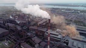 Ogromna fabryka z substancjami chemicznymi blisko miasta zdjęcie wideo