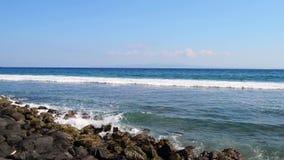 Ogromna fala uderza skały Fala uderza skały na tropikalnej plaży tworzy pluśnięcie kształt Potężne fala na skalistym zbiory