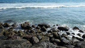 Ogromna fala uderza skały Fala uderza skały na tropikalnej plaży tworzy pluśnięcie kształt Potężne fala na skalistym zbiory wideo