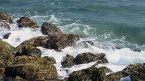 Ogromna fala uderza skały Fala uderza skały na tropikalnej plaży tworzy pluśnięcie kształt Potężne fala na skalistym zdjęcie wideo