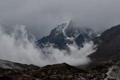 Ogromna Himalajska góra z lodowowie w Nepal zakrywał chmurami obrazy royalty free