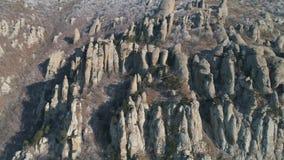 Ogromna i dziwaczna kształtna rockowa formacja na halnym zboczu z strzał widok z lotu ptaka zbiory