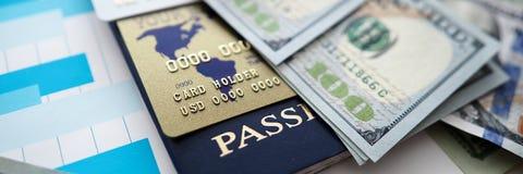 Ogromna ilość USA banknoty kłama przy stołem fotografia stock