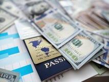 Ogromna ilość USA banknoty kłama przy stołem zdjęcie stock