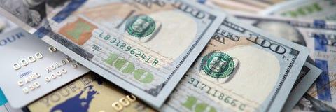 Ogromna ilość USA banknoty kłama przy stołem wśród paszportowych bankowość kart i pieniężnego raportu zdjęcia royalty free
