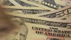 Ogromna liczba dolary na stole blisko dolarów, Zieleni notatki na stole Zakończenie zbiory wideo