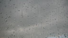 Ogromna liczba krople od deszczu na nadokiennym szkle Strumień wody prędko przepływu puszek szkło zbiory