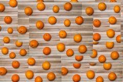 Ogromna liczba rozrzucone pomarańcze na deskach dla tła Obrazy Royalty Free