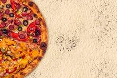 Ogromna międzynarodowa pizza na mąki tle Zdjęcie Stock