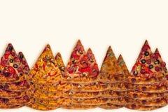 Ogromna międzynarodowa pizza na mąki tle Fotografia Stock