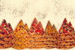 Ogromna międzynarodowa pizza na mąki tle Zdjęcia Royalty Free