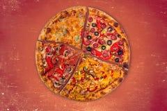 Ogromna międzynarodowa pizza na czerwonym tle Fotografia Royalty Free