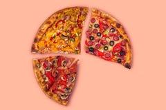 Ogromna międzynarodowa pizza na czerwonym tle Obrazy Stock
