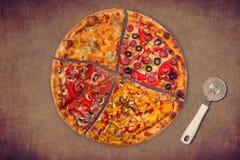 Ogromna międzynarodowa pizza na czerwonym tle Fotografia Stock