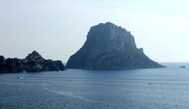 Ogromna ostrosłupowa skała dzwonił Es Vedrà ¡ blisko wyspy Ibiza obrazy royalty free