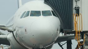 Ogromna płaska pozycja na samolotowym polu Przemiany przepustka łącząca wchodzić do w samolocie zdjęcie wideo