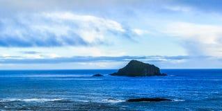 Ogromna skała w błękitnym morzu fotografia royalty free