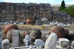 Ogromne antykwarskie gliniane amfory przeciw tłu ruiny antyczny miasto Hierapolis blisko Pamukkale zdjęcia royalty free