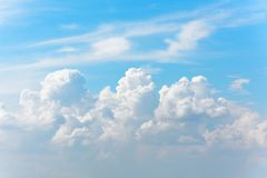 Ogromne cumulus chmury pierzastej chmury w lata niebieskim niebie Zdjęcie Royalty Free