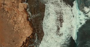 Ogromne fale staczają się nad jeden inny i łamają na drylują wybrzeże zdjęcie wideo
