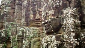 Ogromne kamienne twarze na górują antyczna świątynia. Bayon, Angkor, Kambodża zbiory