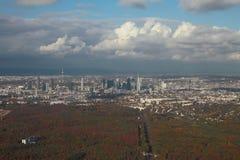 Ogromne miasto i swój pobliża, powietrzna fotografia frankfurt magistrala Germany obrazy royalty free