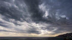 Ogromne podeszczowe chmury nad zatoką Obrazy Royalty Free
