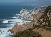 Ogromne skały na Atlantyckim oceanu brzeg blisko Cascais, Portugalia obrazy royalty free