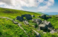 Ogromne skaliste formacje na trawiastych wzgórzach Obrazy Stock