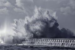 Ogromnego morze fala pluśnięcia stonowany błękit Obrazy Stock