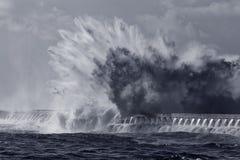 Ogromnego morze fala pluśnięcia stonowany błękit Zdjęcia Stock