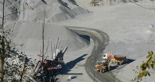Ogromni żółci buldożeru pickup ładowania kamienie w ciężarówkę, żółty buldożer ładują granit z tyłu usyp ciężarówki zbiory wideo