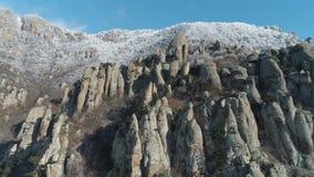Ogromni i dziwaczni kształty halne skały otaczać przeciw niebieskiemu niebu strzał Zakończenie zdjęcie wideo