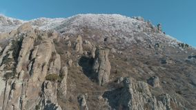 Ogromni i dziwaczni kształty halne skały otaczać przeciw niebieskiemu niebu strzał Zakończenie zbiory