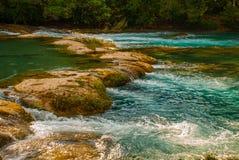 Ogromni kamienie na których płynie krajobraz z siklawy Agua Azul woda, Chiapas, Palenque, Meksyk Obrazy Royalty Free