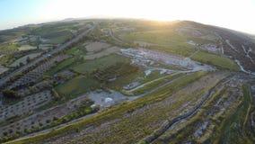 Ogromni pola z drzewami oliwnymi rozciąga nad przestronnymi wzgórzami Cypr wzdłuż drogi zdjęcie wideo
