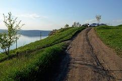 Ogromni rzeczni Dniester przepływy między wysokością moczą wzgórza zakrywających z wiosny luksusową zieloną trawą przeciw niebies zdjęcia stock