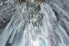 Ogromni sople w lodowej grocie na Jeziornym Baikal w zimie zdjęcia royalty free