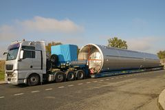 Ogromny ładunek lub wyjątkowy konwój Ciężarówka z specjalny naczepa dla odtransportowywać dużych rozmiarów ładunki zdjęcia royalty free